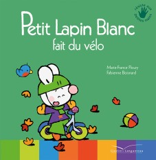 Petit Lapin Blanc fait du vélo