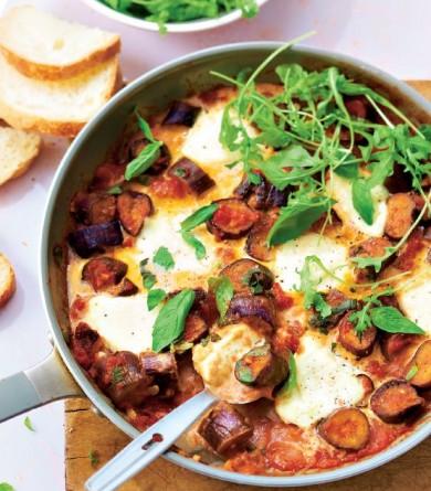 Aubergines, tomates, basilic, mozzarella et roquette : notre recette de poêlée complète
